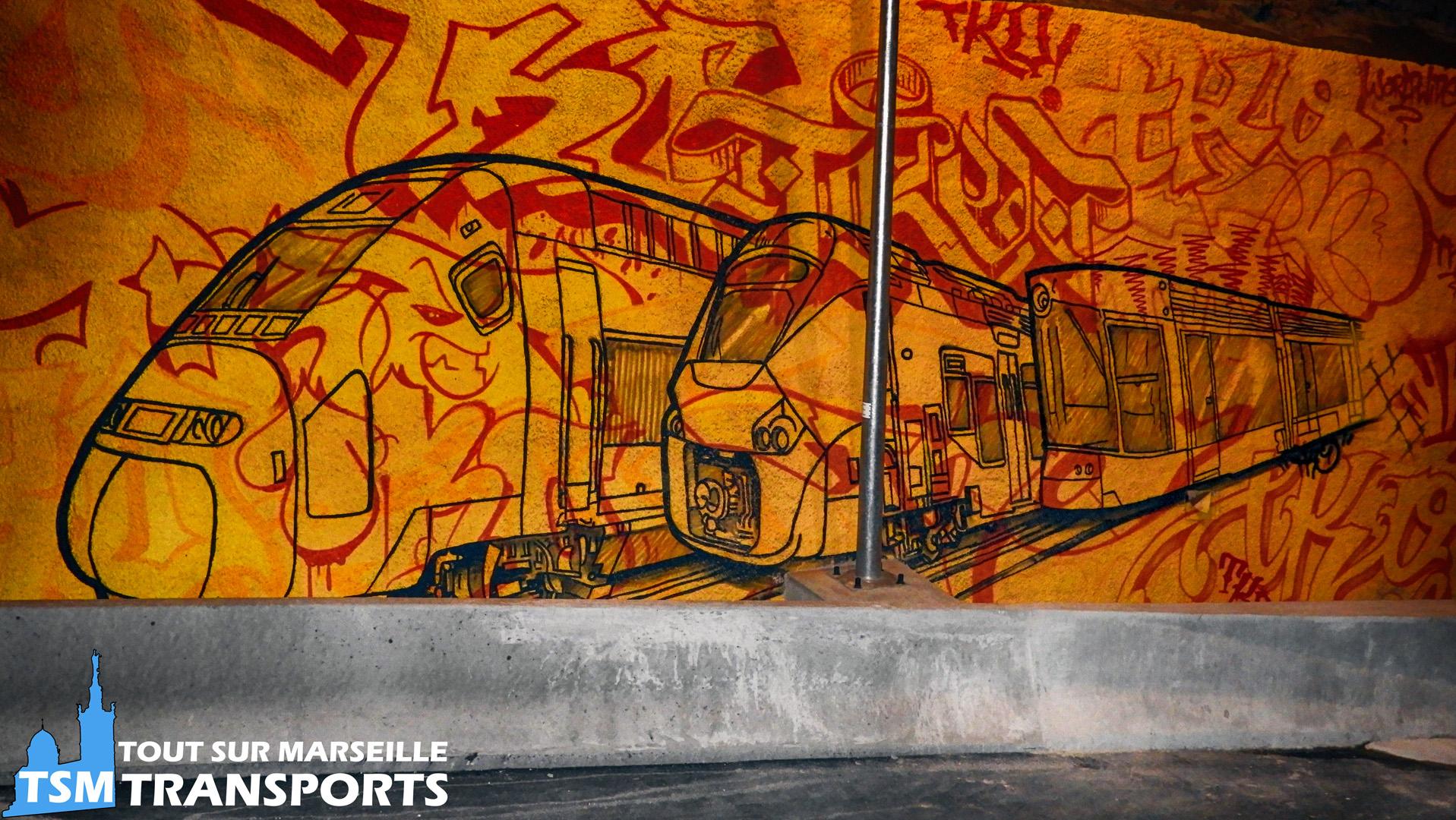 Graff sur une sortie de la rocade L2 représentant de gauche à droite :  - Alstom TGV Duplex - Alstom Régiolis - Bombardier Flexity Outlook Type C