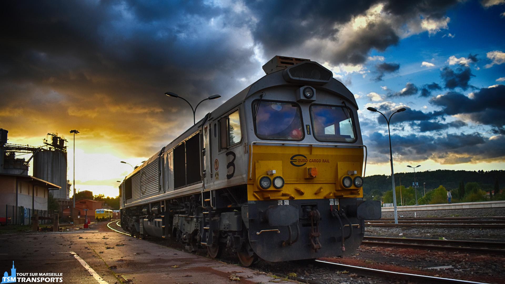 Fin de journée sur la Gare de Gardanne où cette EMD Class77003 se repose sur une voie de manœuvre à côté du bâtiment voyageur de la gare et de l'usine Altéo de Gardanne. . Cette locomotive diesel sert à assurer les trains quotidiens de Bauxite bien connus des ferrovipathes du sud, ils acheminent deux fois par jour la Bauxite du Port de Fos à l'usine de Gardanne. . ℹ️ EMD Class77003 d'Euro Cargo Rail. . 📍Gare de Gardanne, Avenue de la Gare, 13120 Gardanne. . ↔️ Port de Fos sur Mer - Gardanne (Usine Altéo). . 📸 Nikon D5600. . 📷 Nikkor 18-55mm. . 📅 3 Novembre 2018 à 16:54. . 👨 Sébastien ESPOSITO.