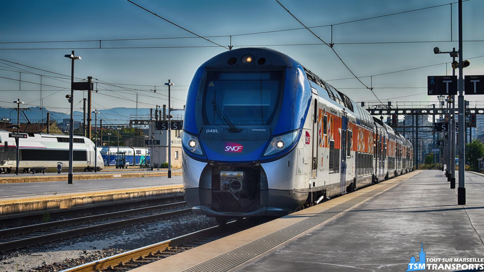"""Ce Bombardier Regio 2N entre en gare de Marseille Saint Charles, voie A, en ce début de journée. . Ce matériel roulant devient rare dans cette gare car celui-ci roule plus souvent sur la french reviera et Vintimille. . ℹ️ Bombardier Regio 2n, rame n°046L, (z55591 /92). . 📍Gare de Marseille Saint Charles, voie A. . 📸 Nikon D5600   f/7.1   Expo : 1/2000""""   ISO : 400   distance focale : 55mm   sans flash. . 📅 1 août 2018 à 8:34. . 👨 Sébastien ESPOSITO."""