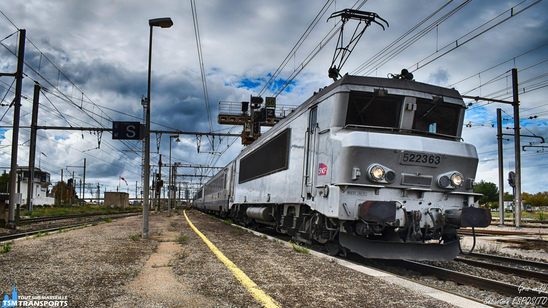 Arrivé en gare de Miramas de ce TER en direction de Marseille Saint Charles avec en tête la BB22363 et qui assure certainement le TER Marseille - Lyon Part Dieu. . Spot en compagnie de @lordregio13 , @jamesletrain @le_bas_alpin au mois de Novembre. . ℹ️ Alstom BB22200 (BB22363) . . 📍 Gare de Miramas, Place Pierre Beley, 13140 MIRAMAS. . ↔️ TER Marseille - Lyon Part Dieu. . 📸 Nikon D5600. . 📷 Nikkon 18-55mm. . 📅 10 Novembre 2018 à 12:59. . 👨 Sébastien ESPOSITO