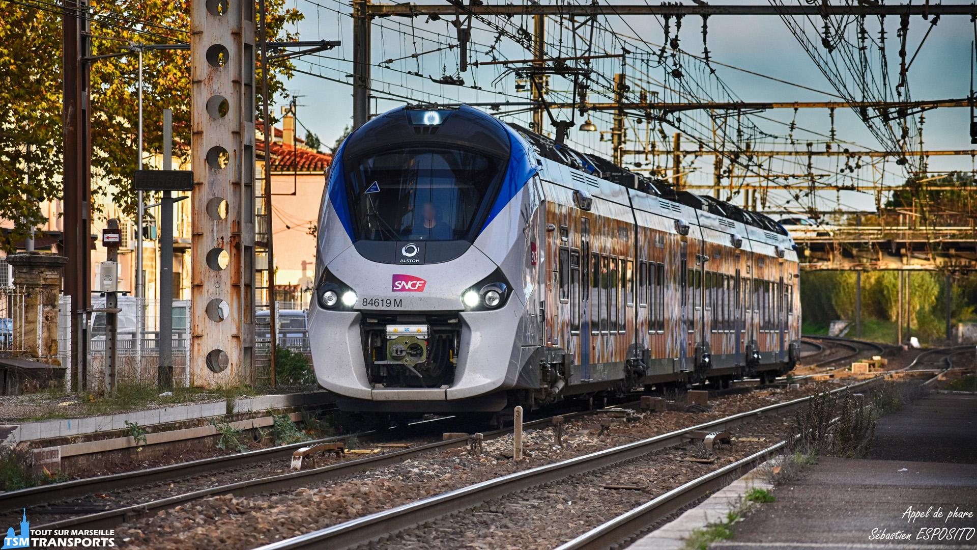 Alors que je venais de changer de quai pour aller spot sous un autre angle, cet Alstom Régiolis Bimode déboule en gare de Miramas en voie C, avec aux commandes, un conducteur assez sympathique qui m'offre quelques appels de phares et un grand salut ✌️. . ℹ️ Alstom Régiolis Bimode B84500 (B84619 M) en mode électrique. . 📍 Gare de Miramas, , Place Pierre Beley, 13140 MIRAMAS. . ↔️ TER : Marseille - Avignon. . 🛤️ Voie C. . 📸 Nikon D5600. . 📷 Nikkor 70-300mm. . 📅 1er Décembre 2018 à 16:06. . 👨 Sébastien ESPOSITO