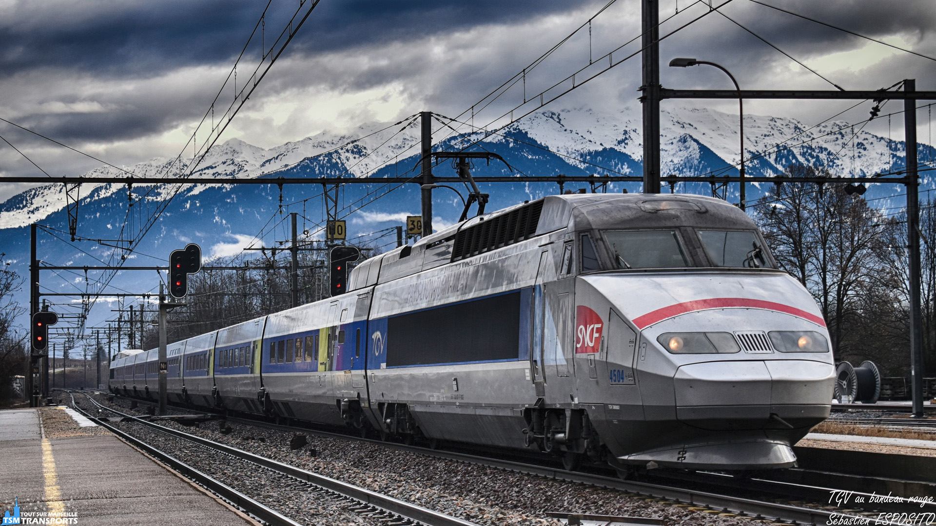 Je continue mon périple en Savoie, avec le passage en Gare de Saint-Pierre d'Albigny de ce TGV Tricourant franco italien qui passe à faible allure sur la voie centrale de la gare. . ℹ️ Alstom TGV Réseau Tricourant SNCF n°4504. . 📍 Gare de Saint Pierre d'Albigny, Route de la Gare, 73250, Saint Pierre d'Albigny. . 📸 Nikon D5600. . 📷 Nikkor 18-55mm. . 📅 9 Février 2019 à 10:16. . 👨 Sébastien ESPOSITO.