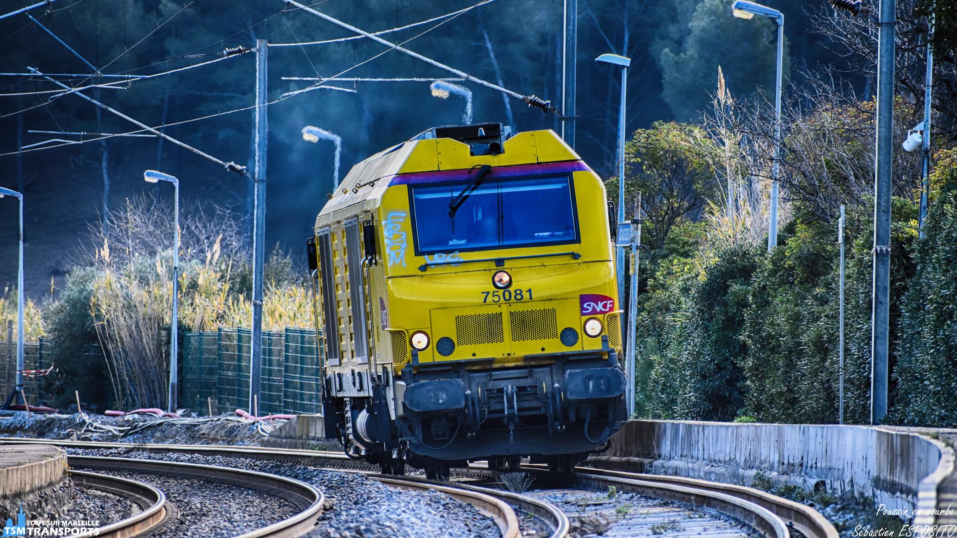 Inattendue en ce samedi matin, cette BB75000 dans sa robe jaune Infra traverse lentement la Gare de Cassis en direction de Marseille, où une restriction de vitesse est en vigueur exceptionnellement à cause du renouvellement des voies, elle reprendra de la vitesse après les aiguilles à la sortie de la gare. . ℹ️ Alstom / Siemens BB75000 (BB75081) SNCF Infra. . 📍 Gare de Cassis, Avenue de la Gare, 13260 Cassis. . 📸 Nikon D5600. . 📷 Nikkor 70-300mm. . 📅 19 Janvier 2019 à 11:00. . 👨 Sébastien ESPOSITO.