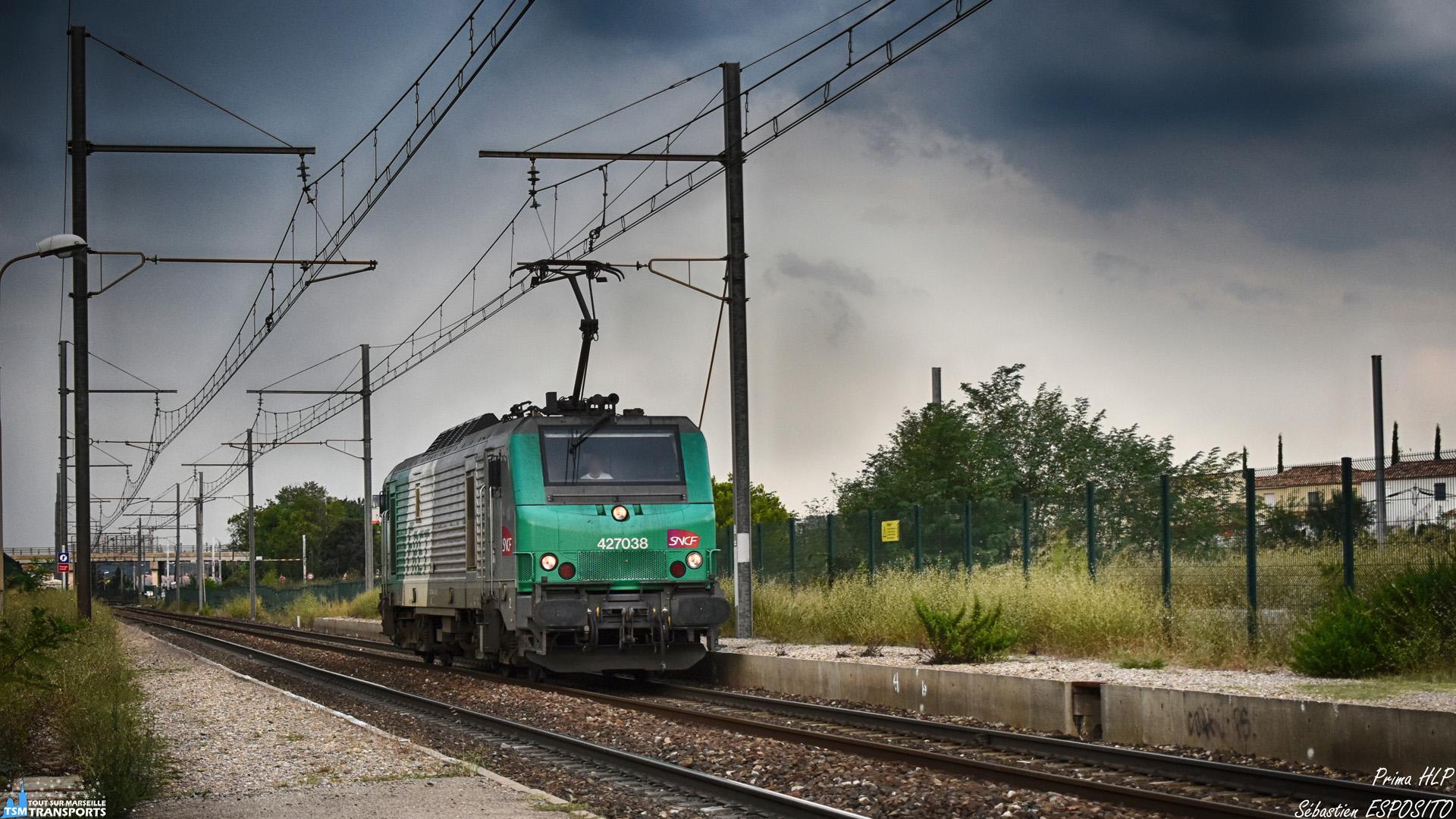 Fin Août, les fortes chaleurs entraînent des orages sur le Sud de la France et c'est sous les flashs de la foudre et le grondement de l'orage menaçant, que cette prima dans sa robe verte passe en vitesse en Gare de Rassuen pour espérer échappée à l'averse imminente. . ℹ️ Alstom BB27000 (BB27038) SNCF. . 📍 Gare de Rassuen, 569 Route de Fos RN, 13800 Rassuen. . 📸 Nikon D5600. . 📷 Nikkor 18-55mm. . 📅 22 Août 2018 à 15:48. . 👨 Sébastien ESPOSITO accompagné de @lordregio13 .
