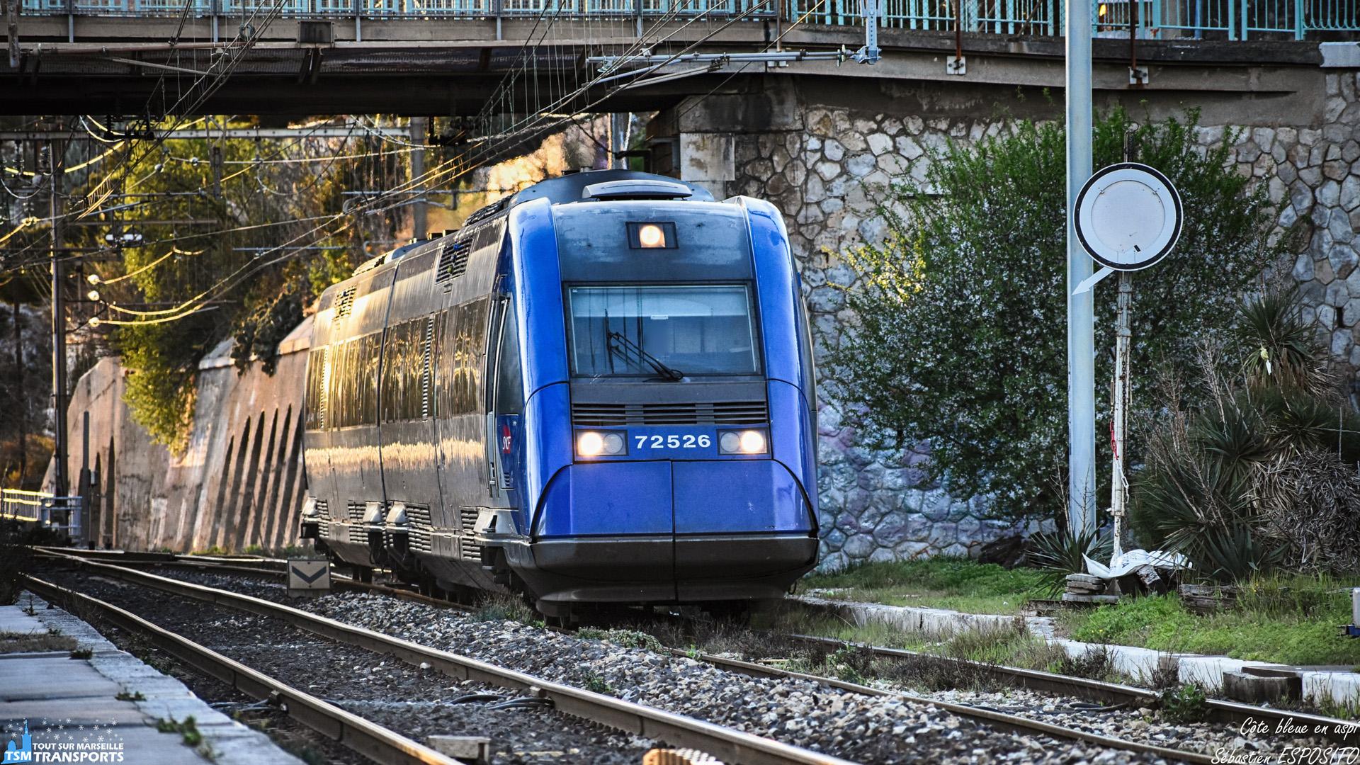 Cette session de spot à L'Estaque permet le retour des aspi devant mon objectif, celui-ci assure le TER  879747 vers la cité phocéenne et qui arrive pile à l'heure à la sortie de la ligne de la côte bleue. . ℹ️ Alstom X72500 (X72525/26) non baptisé. . 📍 Gare de L'Estaque, Avenue de Caronte, 16eme arrondissement de Marseille. . ↔️ TER 879747 : Miramas - Marseille Saint Charles via Côte bleue. . 📸 Nikon D5600. . 📷 Nikkor 70-300mm. . 📅 7 Mars 2019 à 18:07. . 👨 Sébastien ESPOSITO.