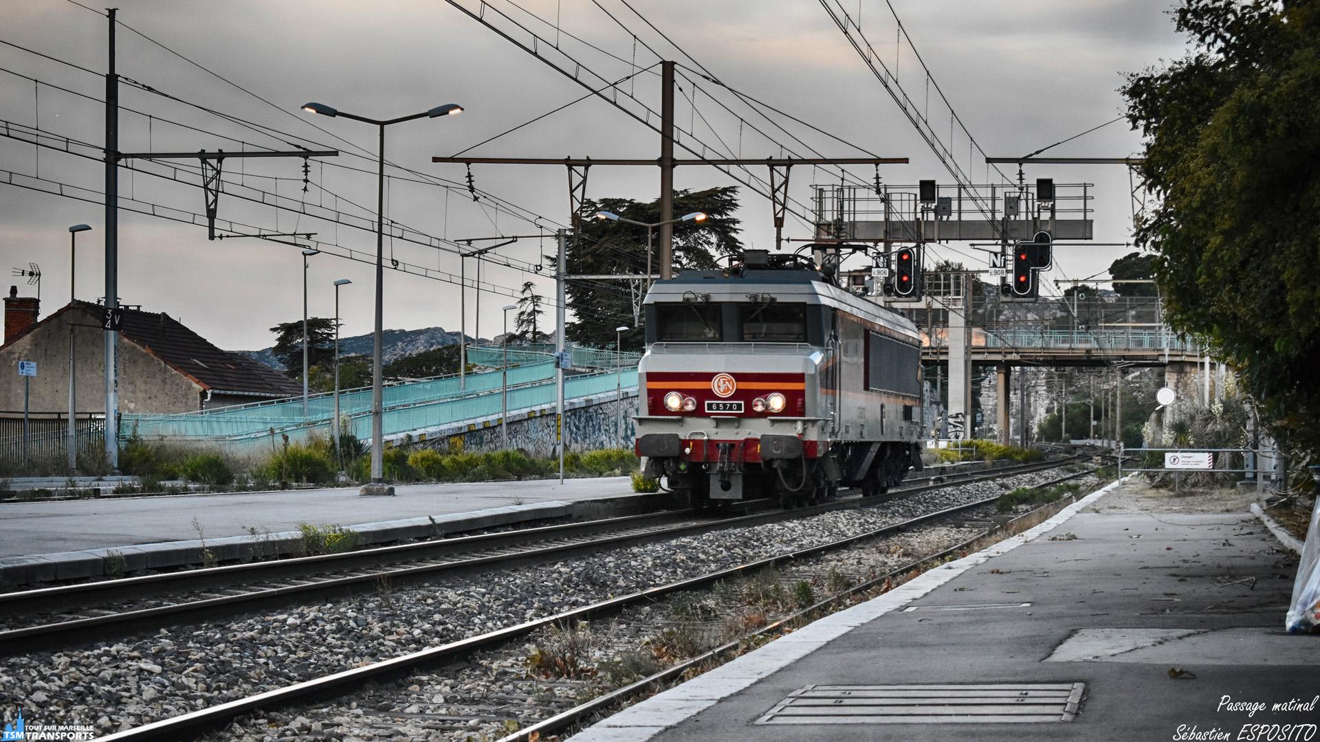 6 Octobre 2018, le jourJ est arrivé, début de la fête du train dans quelques heures en gare de Miramas, la CC6570 descend sur Marseille pour assuré le train spécial qui amènera entre autre @lordregio13 à Miramas, pour une journée riche en rencontres et bonne humeur, la voici en HLP en gare de L'Estaque pour aller chercher ses voitures corail. . ℹ️ Alsthom MTE CC6500 (CC6570) APCC 6570, baptisée Armentières. . 📍 Gare de L'Estaque, Avenue de Caronte, 16eme arrondissement de Marseille. . ↔️ HLP : Avignon Marseille Saint Charles. . 📸 Nikon D5600. . 📷 Nikkor 18-55mm. . 📅 6 Octobre 2018 à 7:55. . 👨 Sébastien ESPOSITO dans la solitude d'un matin dans une gare désertique.