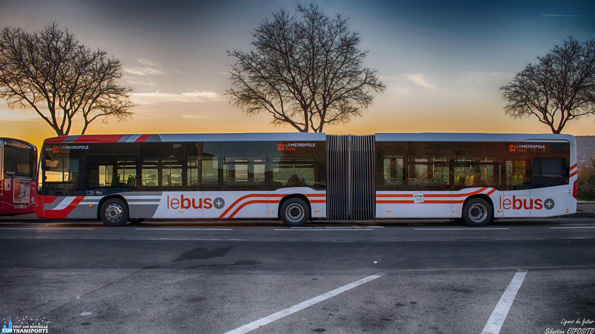 Vous l'avez certainement déjà remarqué, Marseille se teinte au fur et à mesure de couleurs chaudes sur les véhicules de transport en commun et plus largement, tous les réseaux de la métropole se pare de cette livrée qui change du tout au tout avec celles que nous avons l'habitude de voir. . La 2179 est la première de la 3eme série de livraison de Citaro 2 G BHNS et par conséquent, elle a servi de cobaye pour l'application de cette livrée alors qu'elle est arrivée à Evobus en livrée vague. . Elle a participé dans la foulée à la Foire Internationale de Marseille avant d'être conservée bien secrètement à La Rose, pour finir finalement sur la 70 du dépôt Arenc. . C'est au terminus de la 70, au lycée Saint Exupéry, que je peux enfin la reprendre en photo dans sa nouvelle robe sur un fond de coucher de soleil. . ℹ️ Mercedes Benz Citaro 2 G Euro 6 BHNS RTM n°2179 livrée LMM. . 📍 Lycée Saint Exupéry, Chemin de la Madrague Ville, 15eme arrondissement de Marseille. . ↔️ 70 : Canebière Bourse - Lycée Saint Exupéry. . 📸 Nikon D5600. . 📷 Nikkor 18-55mm. . 📅 22 février 2019 à 18:05. . 👨 Sébastien ESPOSITO.