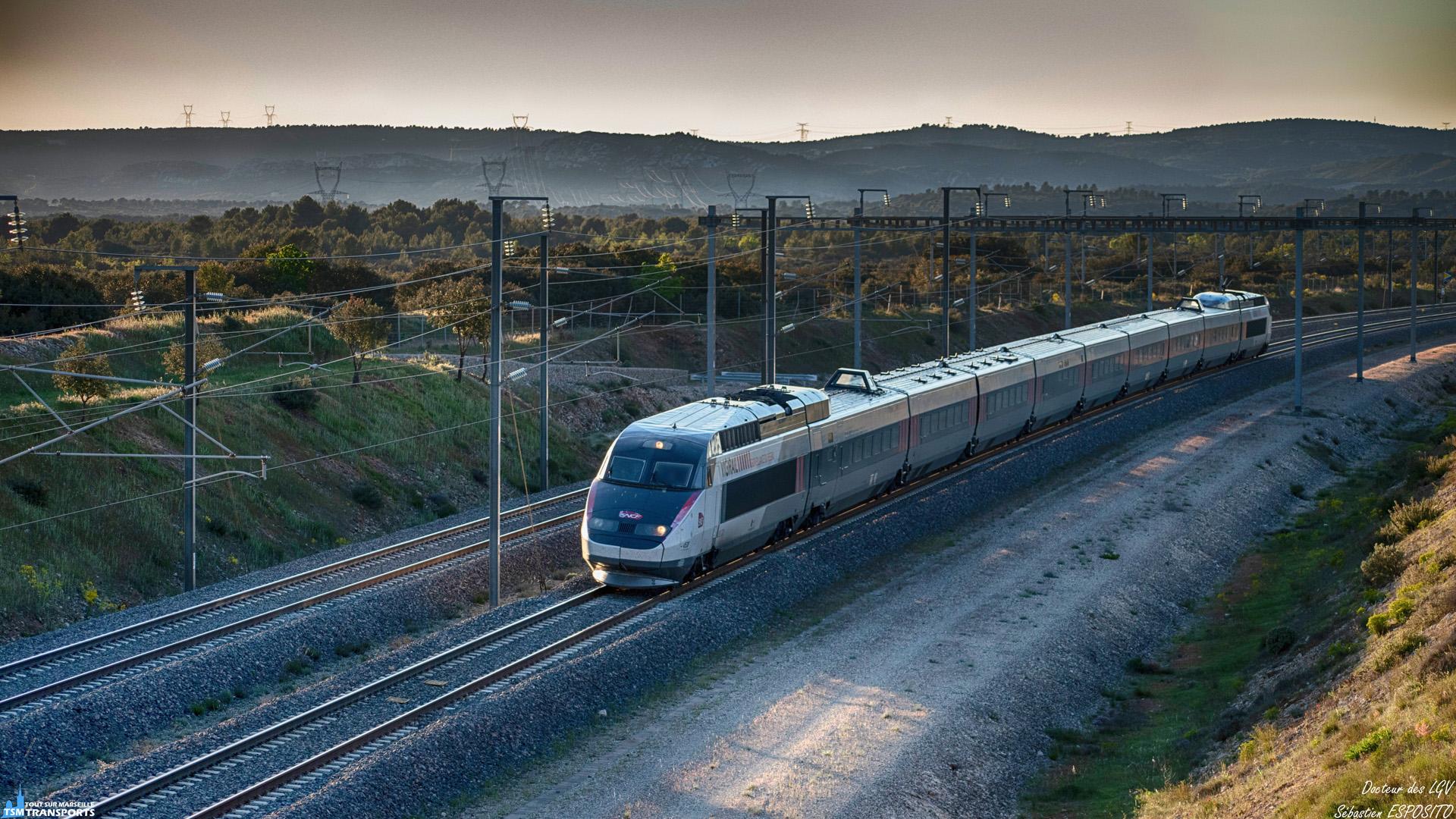 Passage impromptu du Vigirail ou Iris 320 pour les intimes, traversant La Barben, à environ 200 KM/h vers Marseille sur la LGV Méditerranée. . Alors que je débarque sur un nouveau spot idéalement exposé de part la disposition des poteaux de caténaires, je suis resté qu'une dizaine de minutes dans l'attente d'un TGV, finalement récompensé par l'inattendu vigirail. . ℹ️ GEC Alsthom TGV Tricourant n°4530 SNCF Réseau Iris 320. . 📍 D67E, 13330 La Barben, PK 680 LGV Méditerranée. . ➡️ ~ Marseille. . 📸 Nikon D5600. . 📷 Nikkor 70-300mm. . 📅 29 Avril 2019 à 19:56. . 👨 Sébastien ESPOSITO.