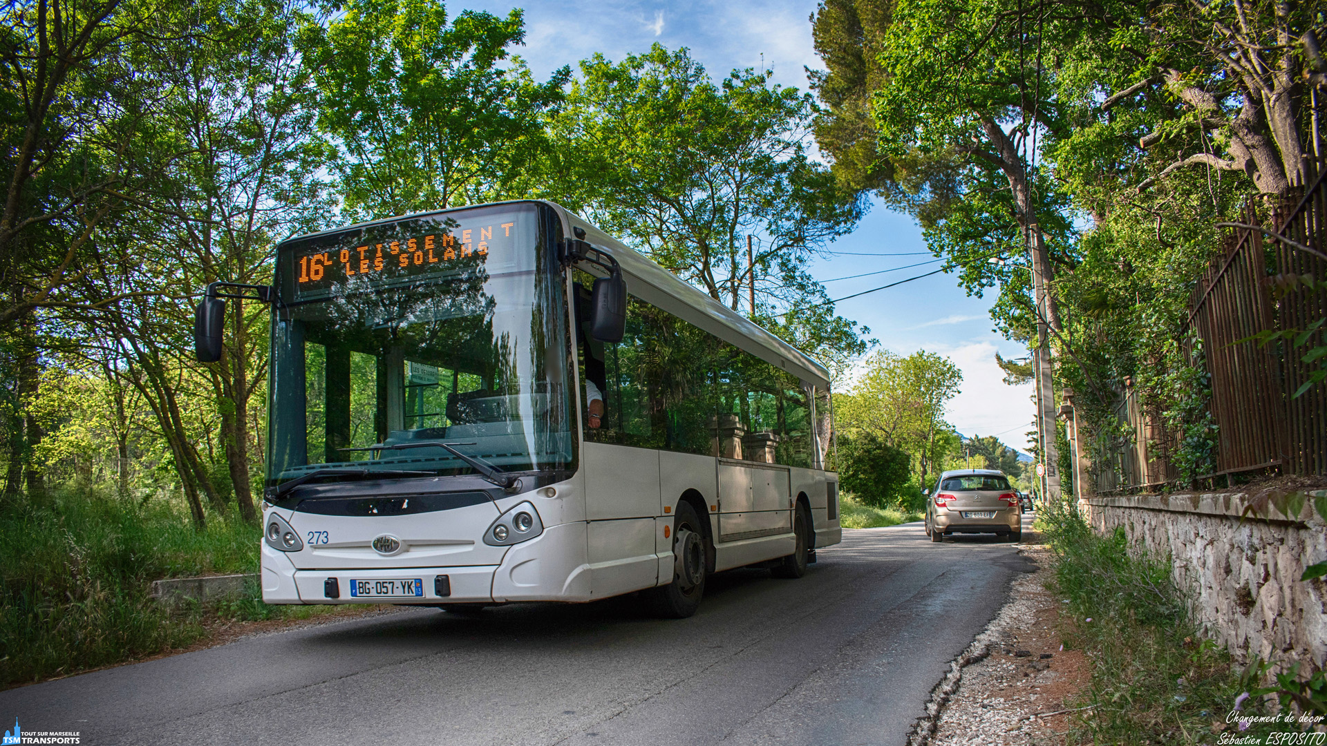 Comme un air de déjà vu en croisant ce véhicule dans les chemins de campagne en périphérie d'Aubagne. . En effet cet Heuliez bus GX 127 à commencer sa carrière à Marseille au sein de la RTM avant de partir en pré retraite sur le réseau des Lignes de L'agglo après son transfert à la société TPE qui n'est autre qu'une filiale de la RTM. . Pour l'instant exclusivement affecté à la ligne 16 il relie la Gare d'Aubagne à un petit lotissement à l'écart à la campagne en un petit quart d'heure et en passant dans des petites routes parfois étroites. . ℹ️ Heuliez Bus GX 127 ex RTM, TPE N°273 (numéro certainement provisoire). . 📍 Chemin des Solans, 13400 Aubagne. . ↔️ 16 : Gare d'Aubagne - Lotissement Les Solans. . 📖 TPE : Transport du Pays de L'étoile, filiale de la RTM. . 📸 Nikon D5600. . 📷 Nikkor 18-55mm. . 📅 3 Mai 2019 à 18:02. . 👨 Sébastien ESPOSITO.