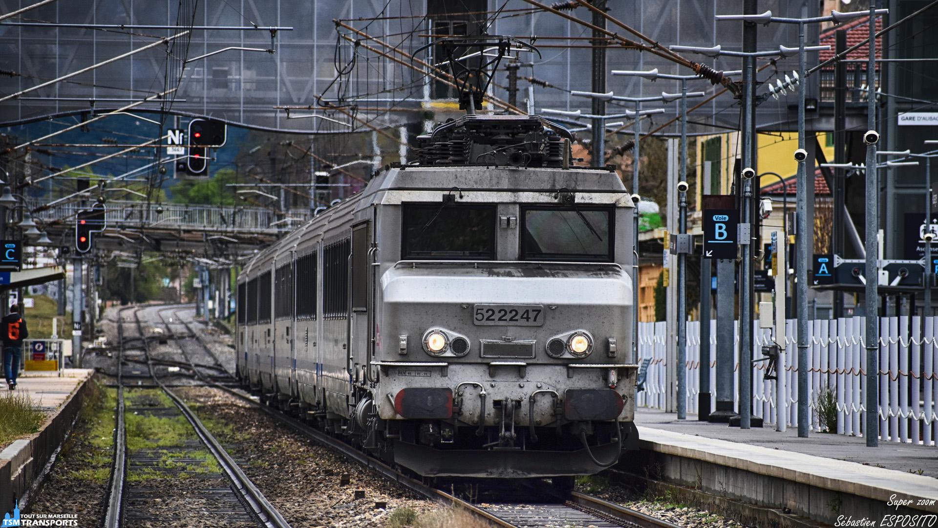 Gros plan sur la BB22247R qui tire le rapide Nice - Marseille passant à vive allure en gare d'Aubagne entre deux averses. . ℹ️ Alsthom BB22200R (BB22247R) SNCF. . 📍 Gare d'Aubagne, Square Marcel Soulat, 13400 Aubagne. . 📸 Nikon D5600. . 📷 Nikkor 70-300mm. . 📏 Distance du shoot : 220 mètres. . 📅 6 Avril 2019 à 15:46. . 👨 Sébastien ESPOSITO détrempé.