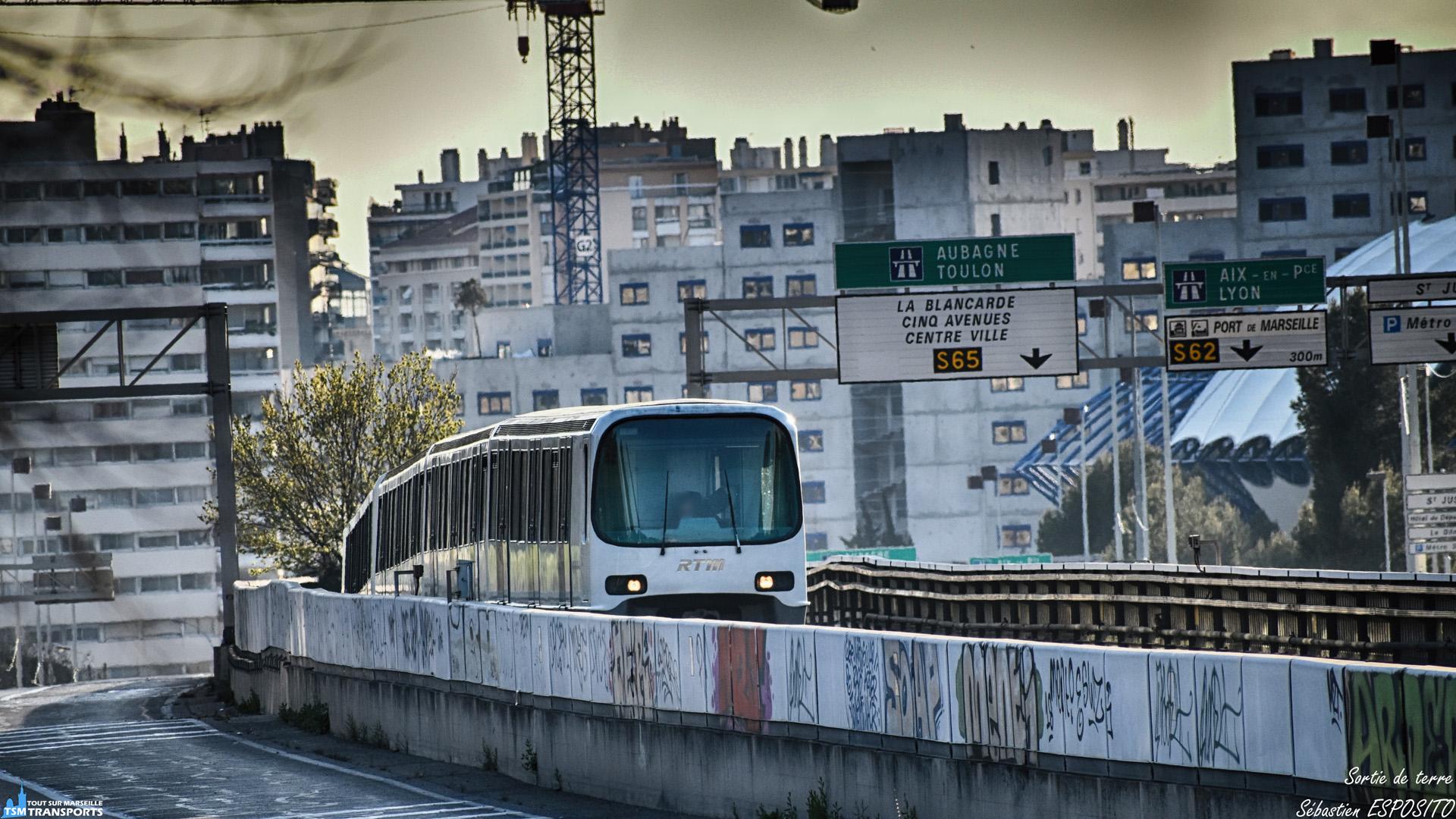 Entre quelques branches d'arbres qui peuplent les environs du spot choisi et après avoir patienté quelques secondes en heure de pointe, je shoot cette rame MPM76 sortant du tunnel de Saint Just qui débouche sur la voie aérienne de Malpassé. . ℹ️ Alsthom MPM76 (MB13 - RB07 - NB07 - MB14) RTM. . 📍 Avenue Jean Paul Sartre, 13eme arrondissement de Marseille. . ↔️ M1 : La Rose - La Fourragère. . 📏 Distance du shoot : 310 mètres. . 📸 Nikon D5600. . 📷 Nikkor 70-300mm. . 📅 20 Mars 2019 à 17:31. . 👨 Sébastien ESPOSITO.