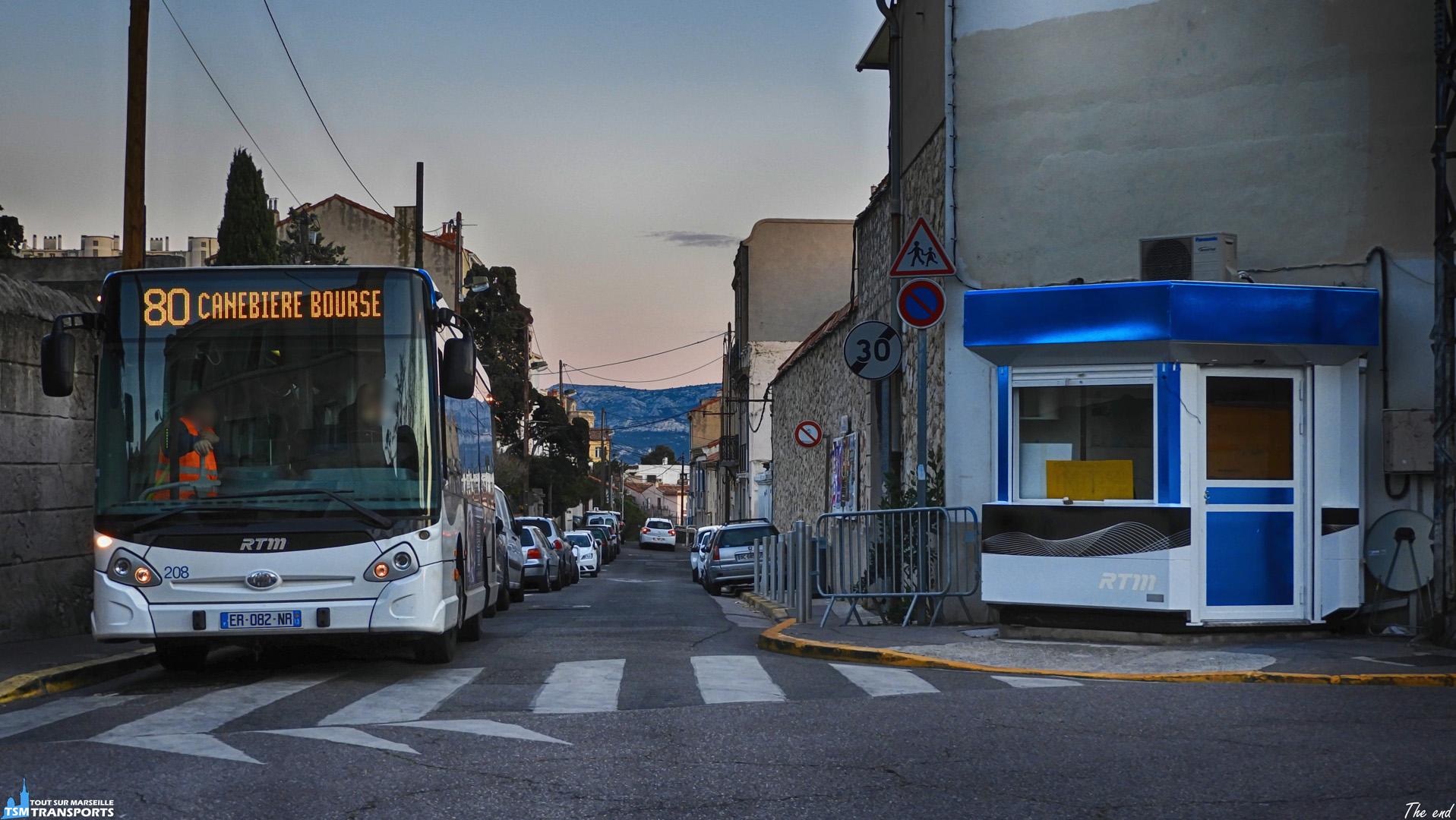 Fin de journée sur le quartier d'Endoume, les GX127, aujourd'hui disparus, continuent toujours leurs rotations au terminus, manœuvre obligatoire pour se garer et repartir dans le sens opposé. . C'est avec encore quelques rayons de soleil que ce GX127 est immortalisé sur sa zone de parking. . ℹ️ Heuliez Bus GX 127 RTM n°208. . 📍 Intersection Rue Pierre Mouren / Rue d'Endoume, 7eme arrondissement de Marseille. . ↔️ 80 : Eglise d'Endoume - Canebière Bourse (Ancien itinéraire). . 🕒 Véhicule déjà spot, retrouvez le avec le #rtm208 . 📸 Nikon B700. . 📅 26 Mars 2018.