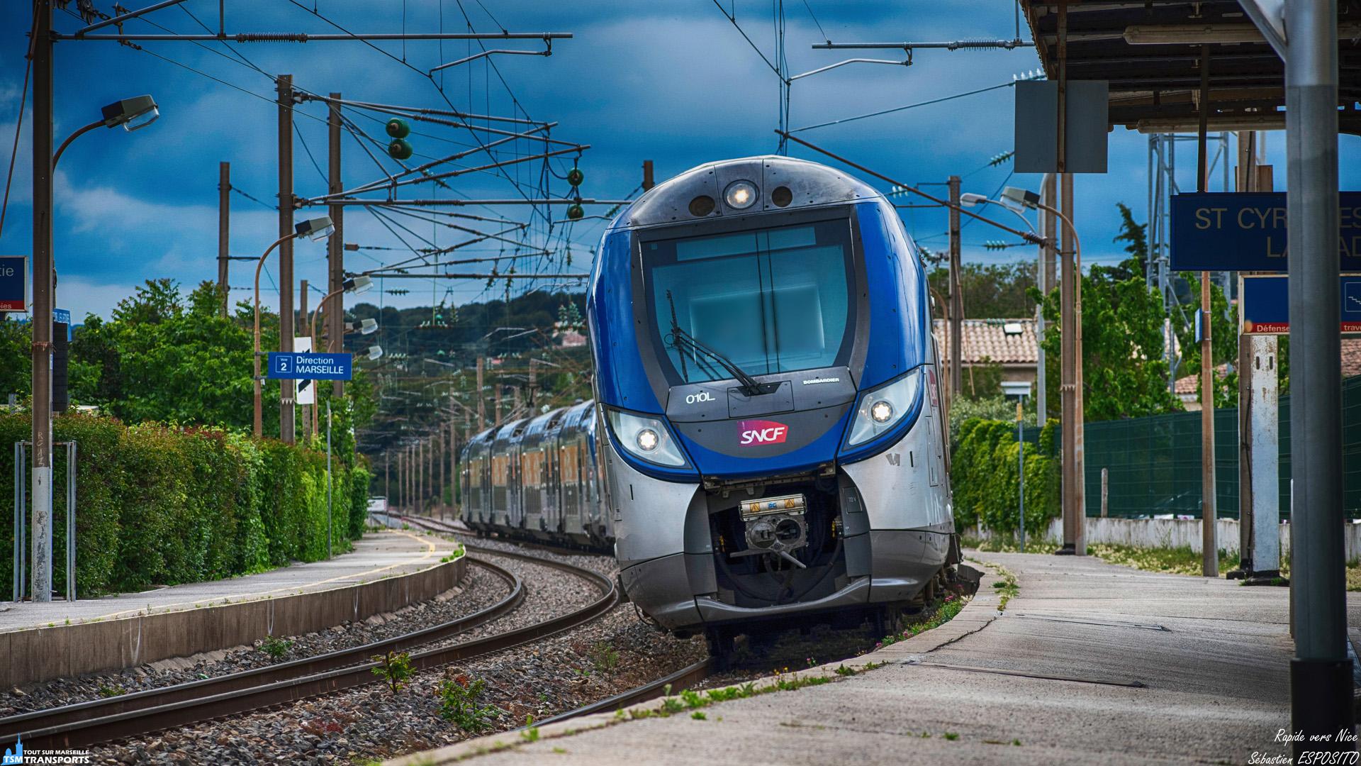 Comme son nom l'indique ce rapide traverse rapidement la gare de Saint Cyr après un sérieux retard suite à une panne de signalisation qui aura perturbé la ligne de Marseille - Vintimille, malgré tout, les choses rentre rapidement dans l'ordre après la résolution rapide de la panne. . ℹ️ Bombardier Regio2n 010L (Z55519/20) en UM avec la 101L (Z55701/02) SNCF. . 📍 Gare de Saint Cyr Les Lecques La Cadière, Place de la Gare, 83270 Saint-Cyr-sur-Mer. . ↔️ TER 17482 : Marseille Saint Charles - Nice . 📸 Nikon D5600. . 📷 Nikkor 70-300mm. . 📅 19 Mai 2019 à 17:48. . 👨 Sébastien ESPOSITO.
