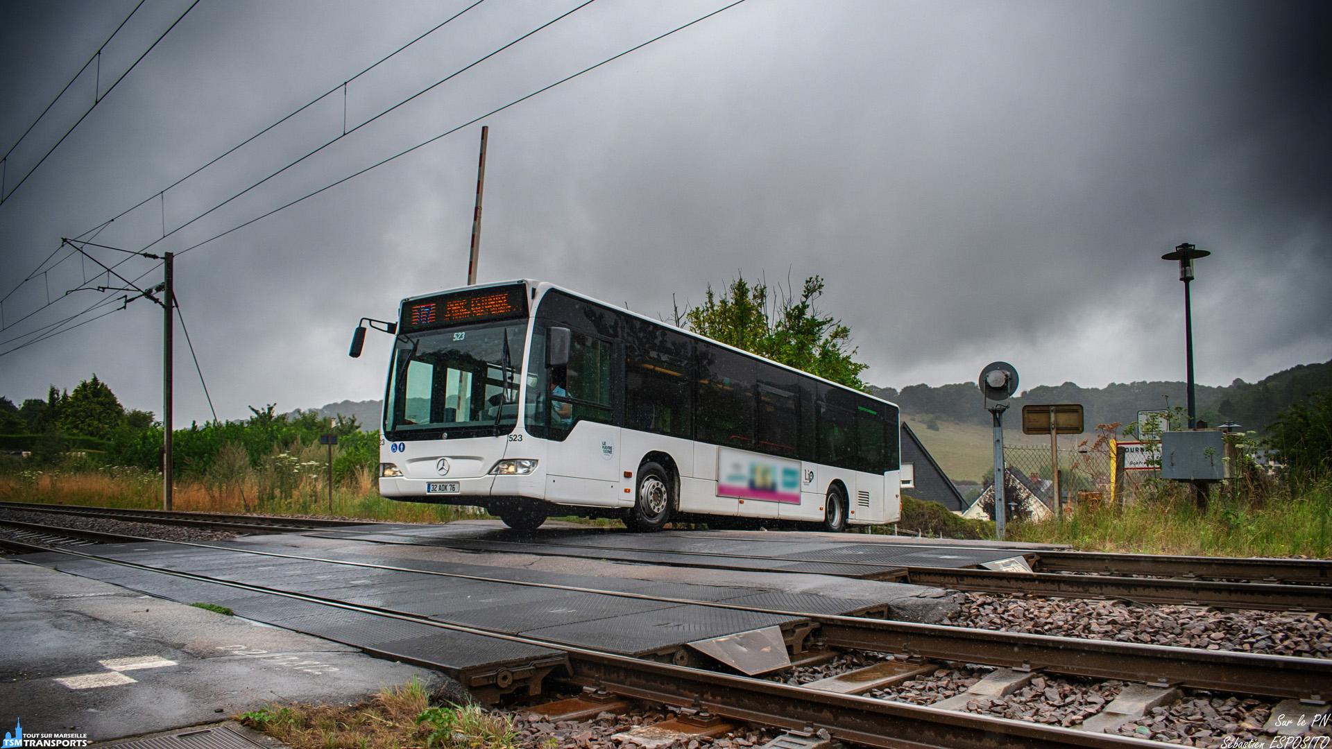 Sous une légère pluie Normande, ce Citaro franchi le PN 69 de la ligne Paris Saint Lazare - Le Havre à faible allure pour après répartir sur les chapeaux de roues afin de grimper la rampe juste après le PN. . La ligne 17 franchie le PN seulement dans un seul sens afin de ne pas se croiser à cet endroit, il faut donc un peu marché afin de repartir dans l'autre sens. . ℹ️ Mercedes Benz Citaro Facelift n°523 Lia. . 📍 PN 69, Route de Gournay, 76700 Gonfreville-l'Orcher, France . . ↔️ 17 : Caucriauville - GONFREVILLE L'ORCHER Parc de l'Estuaire. . 🛤️ Paris Saint Lazare - Le Havre. . 📸 Nikon D5600. . 📷 Nikkor 18-55mm. . 📅 5 Août 2019 à 17:52. . 👨 Sébastien ESPOSITO en spot avec @killian_chapelle .