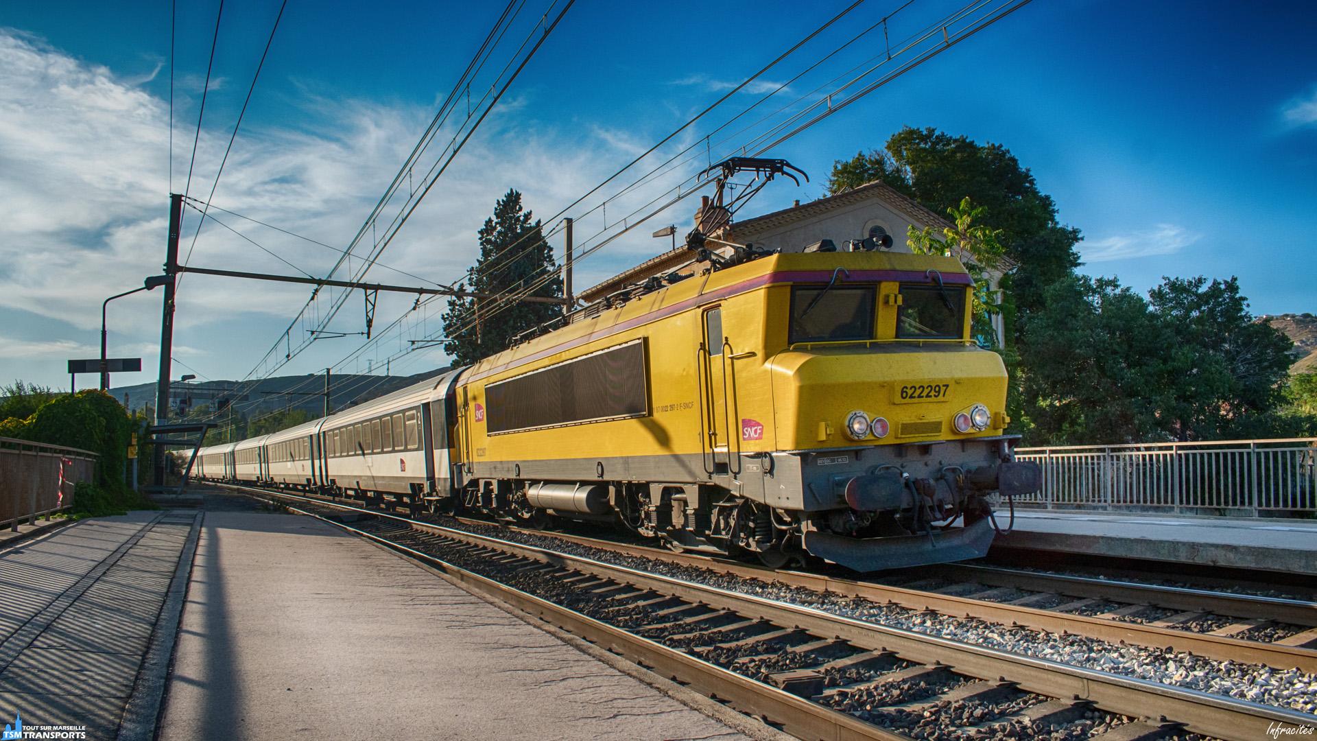 Gare désaffectée de Seon Saint Henri, à la frontière entre le quartier du même nom et Saint André, sur la prestigieuse ligne de la PLM, un Intercités particulier passe sur les quais déserts. . En effet rare, mais pas trop, il arrive que quelques BB22200 infra tirent des Intercités pour le compte du service voyageurs, comme ici où la BB22297 amène le 4661 à la Gare de Marseille Saint Charles. . ℹ️ Alsthom BB22200 (BB22297) SNCF Infra. . 📍 Gare de Séon Saint Henri, Chemin du Passet, 16eme arrondissement de Marseille. . ↔️ Intercités 4661 : Bordeaux Saint Jean - Marseille Saint Charles. . 📸 Nikon D5600. . 📷 Nikkor 18-55mm. . 📅 3 Septembre 2019 à 18:50.