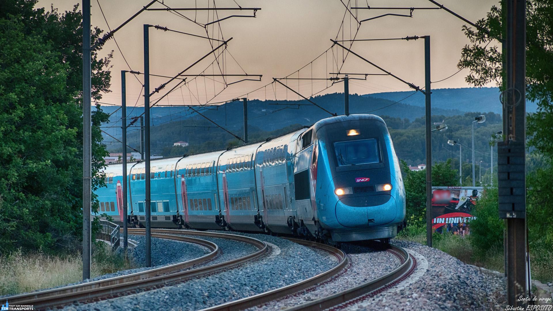 En cette fin de journée de juillet à Aubagne, un filet bleu aborde la  grande courbe un peu après la gare et qui le mènera vers Nice, son terminus. . ℹ️ Alstom TGV Dasye en UM (772 + 771) Ouigo SNCF. . 📍 PK19, Chemin de Ceinture, 13400 Aubagne. . ↔️ Paris Gare de Lyon - Nice. . 🛤️ Ligne Marseille - Vintimille. . 📸 Nikon D5600. . 📷 Nikkor 70-300mm. . 📅 12 Juillet 2019 à 21:05. . 👨 Sébastien ESPOSITO.