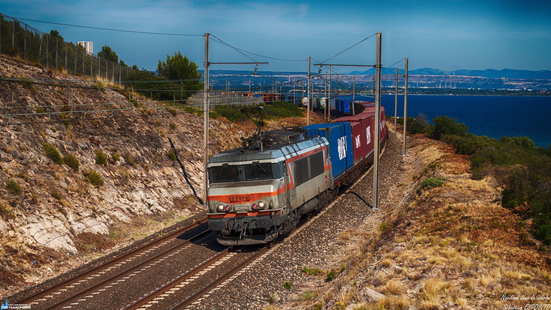 """C'est toujours plaisant de voir passer les naviland, reconnus en partie par leurs compositions hautes en couleurs, celui ci fonce sur Vénissieux et est aperçu à Saint Chamas sur fond d'étang de Berre. . ℹ️ Alsthom - MTE BB22200 (BB22376) baptisée """"Douai"""" SNCF / Naviland Cargo. . 📍 D10, 13250 Saint Chamas, France. . ↔️ Marseille Canet - Vénissieux. . 📸 Nikon D5600. . 📷 Nikkor 18-55mm. . 📅 16 Juillet 2019 à 16:00. . 👨 Sébastien ESPOSITO accompagné de @lordregio13 ."""