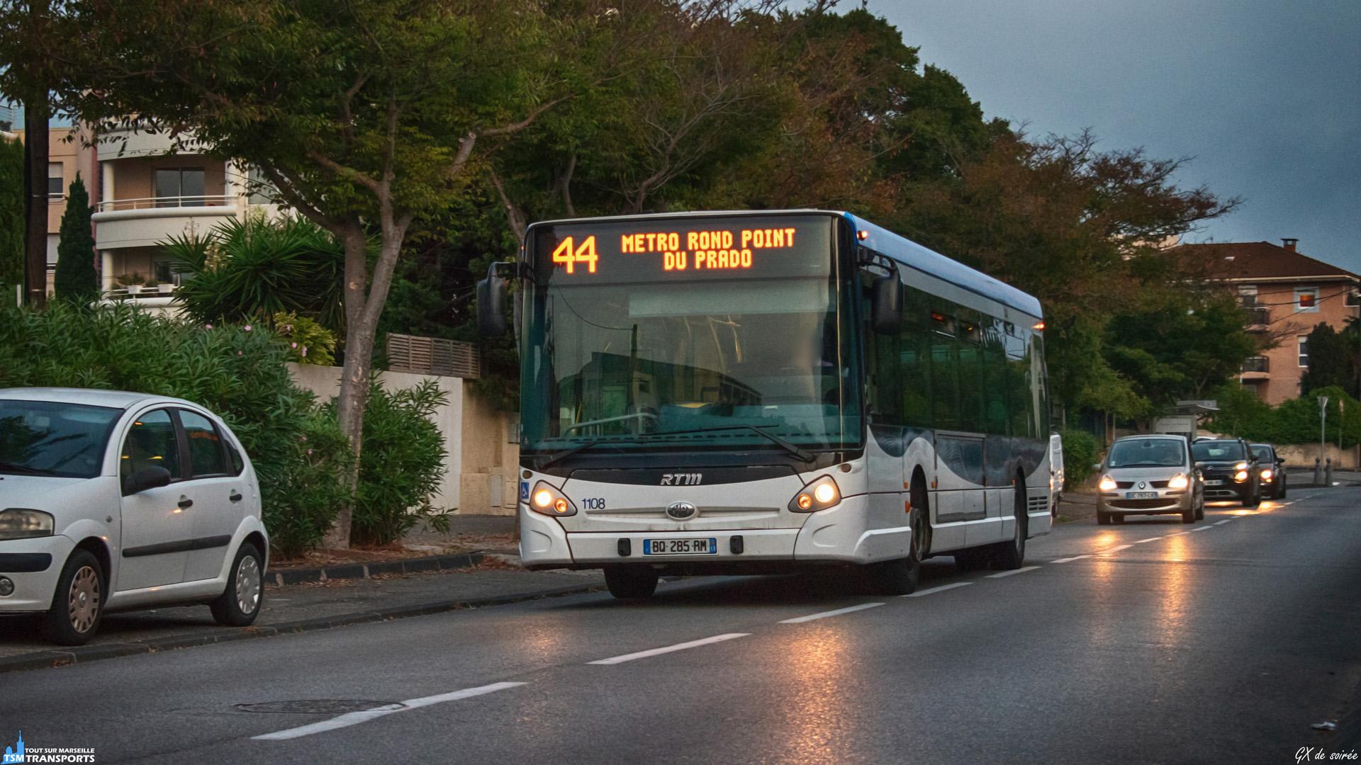 """Le soleil se couche sur le quartier de La vieille Chapelle, lieu où les GX327, en minorité dans le parc des bus standard, se font plus visible. . Celui ci entame le retour vers Rond Point du Prado et est vu sur la Rue Floralia peu après l'arrêt """"Floralia Chiapale"""". . ℹ️ Heuliez Bus GX327 RTM n°1108. . 📍 Rue Floralia, 8eme arrondissement de Marseille. . ↔️ 44 : Collège Roy d'Espagne - Métro Rond Point du Prado. . 📸 Nikon D5600. . 📷 Nikkor 18-55mm. . 📅 18 Septembre 2019 à 19:42."""