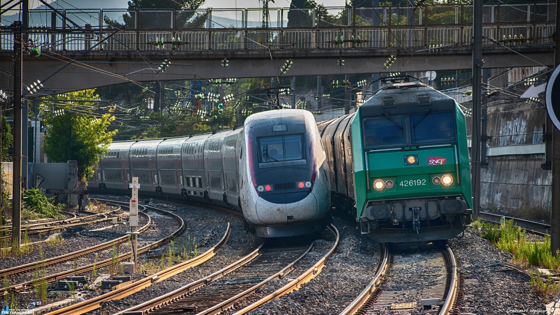 Juste avant la gare d'Aubagne, une courbe offre de temps en temps de belle occasion d'immortaliser de jolis convois en provenance de Marseille, dans l'optique de renouveler une fois de plus l'expérience je me place en fin de journée au bout du quai qui offre une vue imprenable sur le spectacle. . Finalement c'est un croisement de deux symboles du ferroviaire qui a lieu devant mon objectif, d'un côté la fierté française des trains à grande vitesse, de l'autre la base même de l'histoire du ferroviaire en France, le fret !. . Pour finaliser cette description, quelques petites infos, il s'agit ici d'un croisement entre un TGV en provenance de Nice et à destination de Paris et du très classique Fret ArcelorMittal Miramas/Vintimille. . ℹ️ Alstom TGV Euroduplex n°4727 en UM avec le TGV Duplex n°240. . ℹ️² : Alstom BB26000 (BB26192) Livrée Fret SNCF baptisée Portes-lès-Valence. . 📍Gare d'Aubagne, Square Marcel Soulat, 13400 Aubagne. . 📸 Nikon D5600. . 📷 Nikkor 70-300mm. . 📅 29 Août 2019 à 18:17.