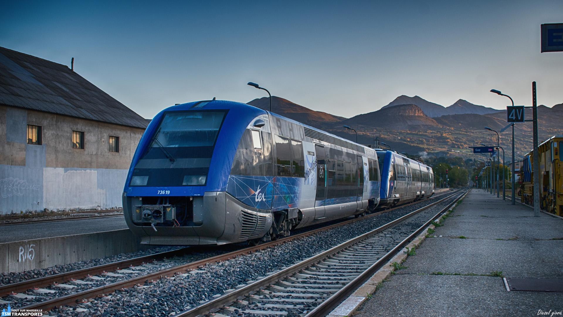 """Au petit matin, la gare de Gap s'éveille lentement dans une atmosphère presque hivernale et avec 6 petits degrés au thermomètre . Devant mon objectif, un Ater suivi de près par un Xter se reposent sur la voie B et vont bientôt profiter des chaleureux rayons du soleil. . ℹ️ Alstom X73500 (X73519) livrée Rhône Alpes kaléidoscope. . ℹ️ Alstom X72500 (X72533/34) Baptisé """"Écrins"""". . 📍 Gare de Gap, 2 place de la gare, 05000 Gap. . 📖 Le Massif des écrins est un massif montagneux situé dans les Hautes Alpes et l'Isère. . 📸 Nikon D5600. . 📷 Nikkor 18-55mm. . 📅 26 Octobre 2019 à 8:24."""
