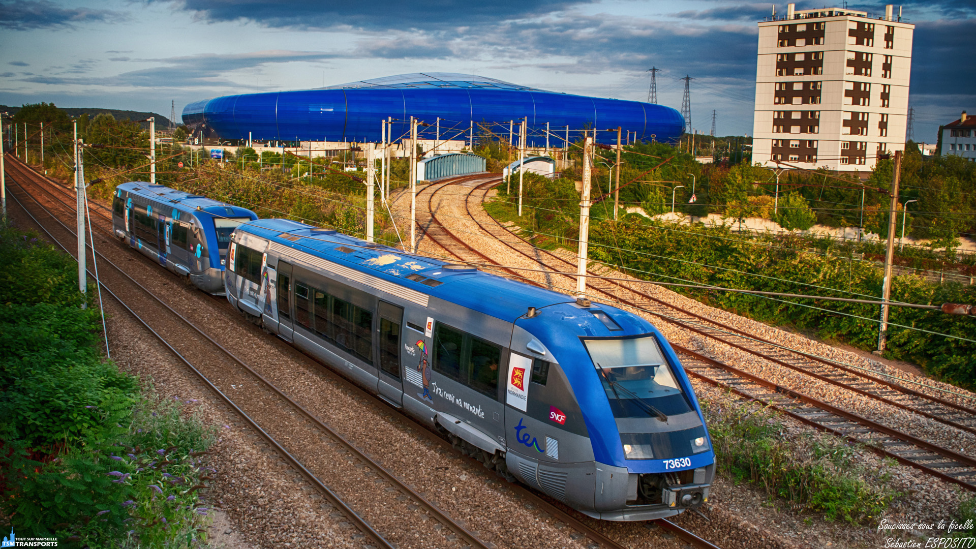 Sur fond de stade Océane, cette UM de X73500 reviens de Rolleville et file vers Le Havre, son terminus. . C'est sur cette photo que la semaine dédiée aux transports du Havre et sa région se termine, il y aura bien sûr d'autres photos à l'avenir. . ℹ️ Alstom X73500 (X73630 + X73xxx) en UM. . 📍Rue Auguste Blanqui, 76600 Le Havre, France. . ↔️ TER 850273 : Rolleville - Le Havre. . 🏟️ Stade Océane. . 📸 Nikon D5600. . 📷 Nikkor 18-55mm. . 📅 31 Juillet 2019 à 20:43. . 👨 Sébastien ESPOSITO en spot avec @killian_chapelle , @gwen_ha_du76  et @transports_normands .
