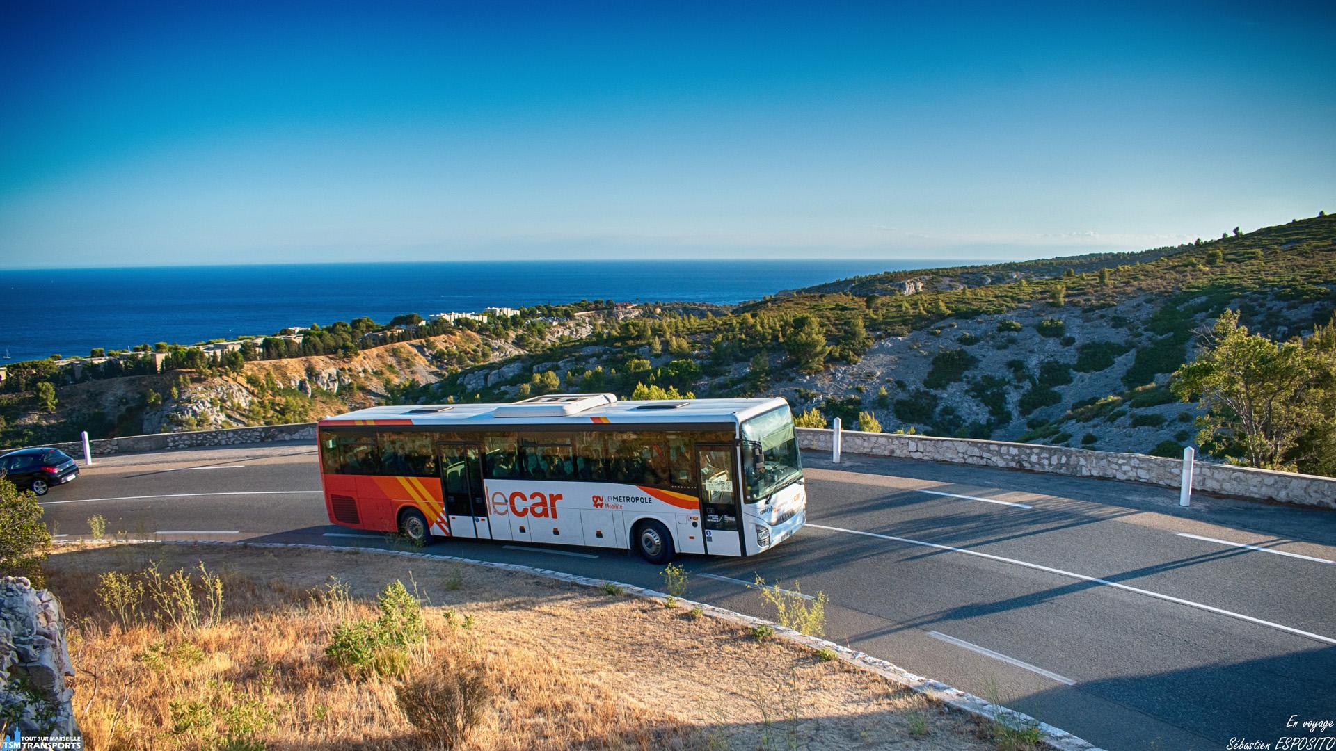 Marseille n'a pas fini de vous surprendre, la ligne M8 est encore mise à l'honneur aujourd'hui avec ce cliché d'un Crossway qui est en train de monter la fameuse gineste, cette fois ci du côté de Cassis, la mer et les calanques ce dévoilent aux yeux des vacanciers qui vont ou reviennent de la plage. . ℹ️ Iveco Crossway pop n°1290 S.N.T. SUMA @transportsuma . . 📍 Départementale D559, Route de la Gineste, 13260 Cassis. . ↔️ M8 : Carnoux - Cassis - Marseille Castellane. . 📸 Nikon D5600. . 📷 Nikkor 18-55mm. . 📅 15 Août 2019 à 19:15.