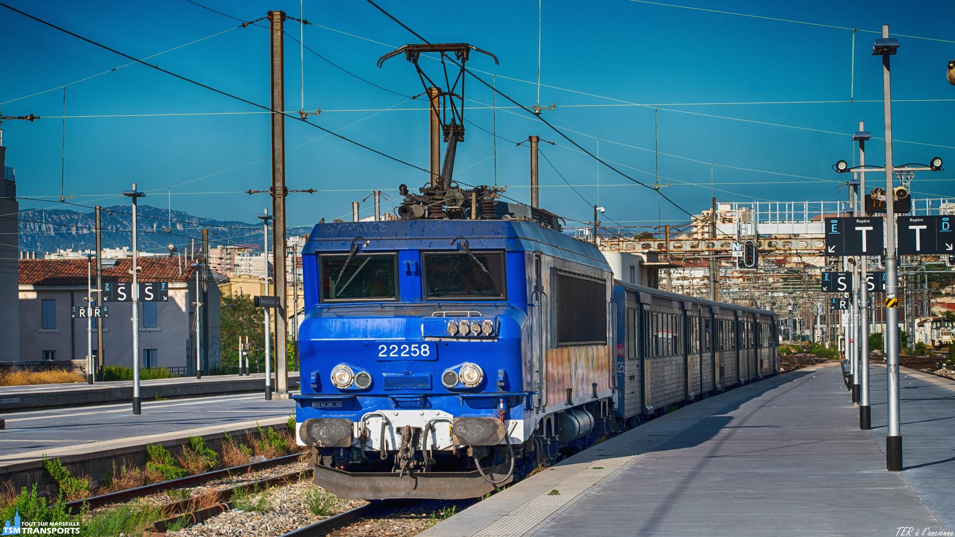 C'est en fin de semaine, à la veille du weekend sur le quai de la voie E que l'on comprend que les fameuses BB22200 aux museaux bleus n'ont pas fini de rouler sur les services TER de la région PACA. . Ici c'est en fin de journée que cette BB22200RC entre au pas en gare accompagnée de sa RRR après avoir assuré un TER en provenance d'Avignon Centre. . ℹ️ Alstom BB22200RC (BB22258RC) SNCF TER PACA. . 📍 Gare de Marseille Saint Charles, Square Narvik, 1er arrondissement de Marseille. . ↔️ TER 879531 : Avignon Centre - Marseille Saint Charles. . 📸 Nikon D5600. . 📷 Nikkor 70-300mm. . 📅 13 Septembre 2019 à 17:40. . 👫 En compagnie de @ambre.sce13 / @trains_du_sud .