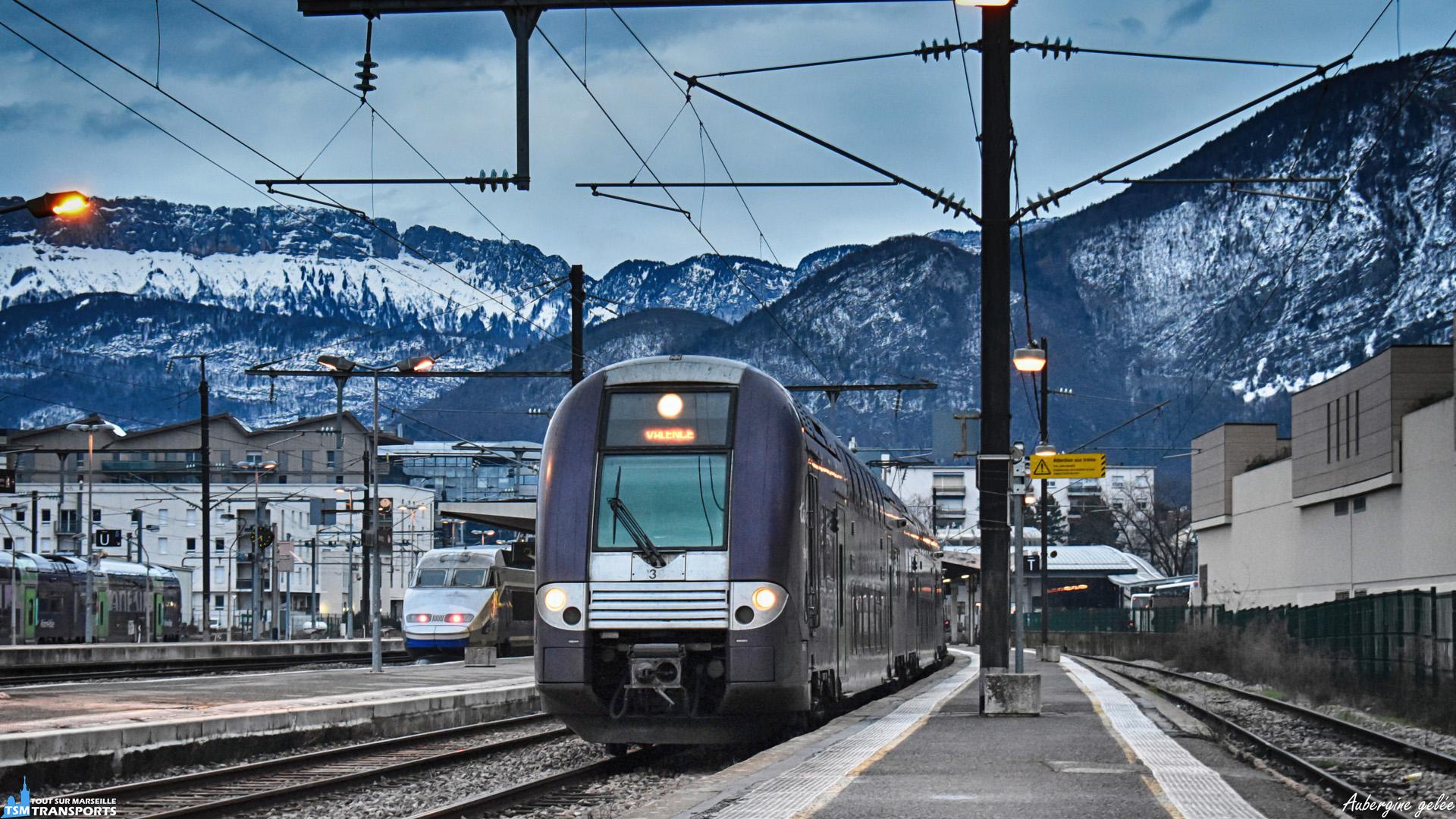 """En février dernier petit passage un weekend dans la Venise des Alpes, revêtue d'une couche de neige à certains endroits, c'est à la gare que je trouve forcément mon bonheur. . C'est en fin de journée qu'une rame TER 2N NG est aperçue en train de sortir de la gare d'Annecy pour effectuer un TER en direction de Valence dans un temps à ne pas mettre un marseillais dehors 😂. . ℹ️ Alstom Z24500 (Z24513/14 rame n°307) SNCF livrée """"Rhône Alpes Aubergine"""". . 📍 Gare d'Annecy, Place de la Gare, 74000 Annecy. . ↔️ Annecy - Valence. . 📸 Nikon D5600. . 📷 Nikkor 18-55mm. . 📅 9 Février 2019 à 17:39."""